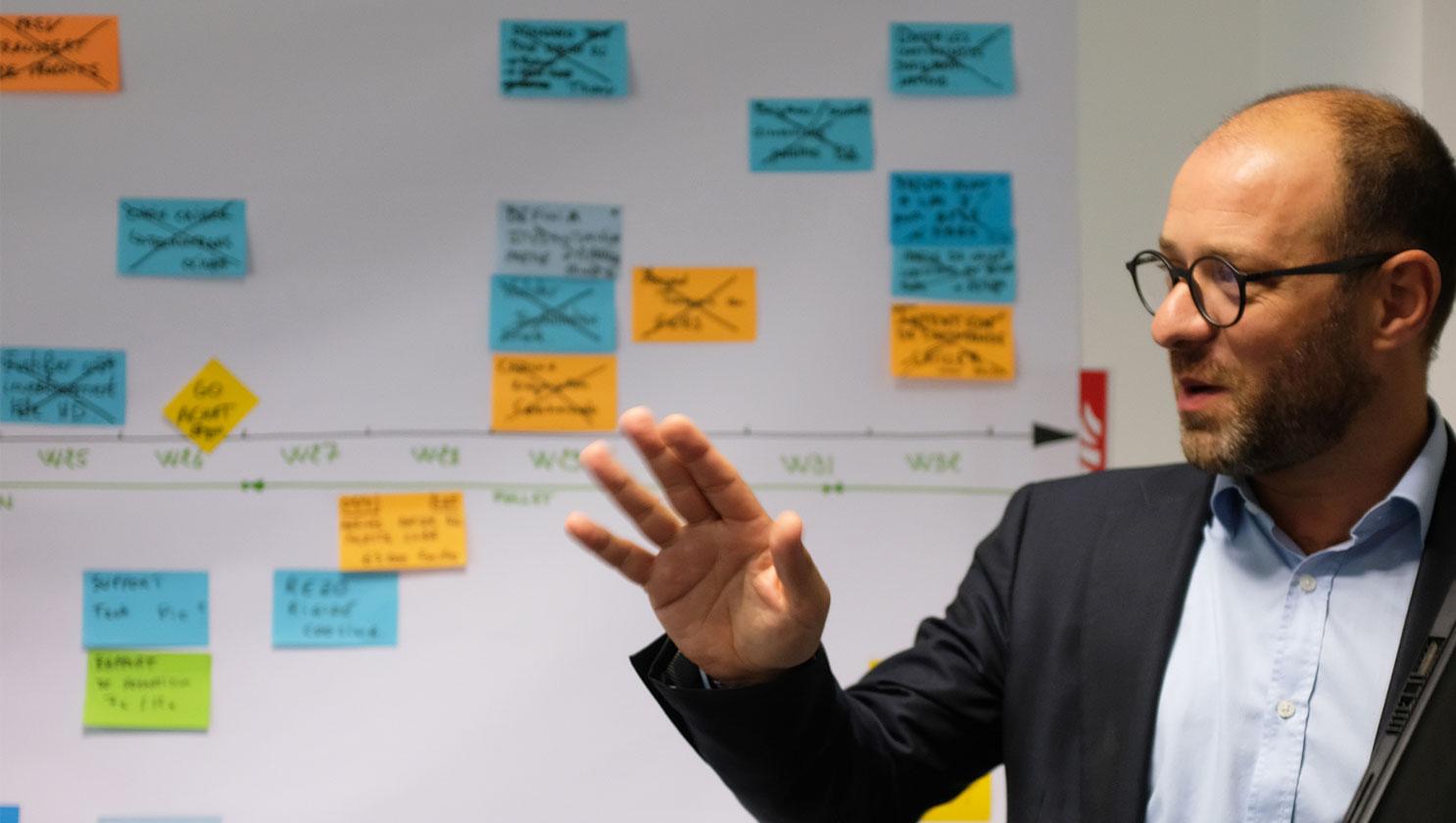 付箋を使ったプロジェクト管理を説明する同社副社長ロラン・ボアディ氏
