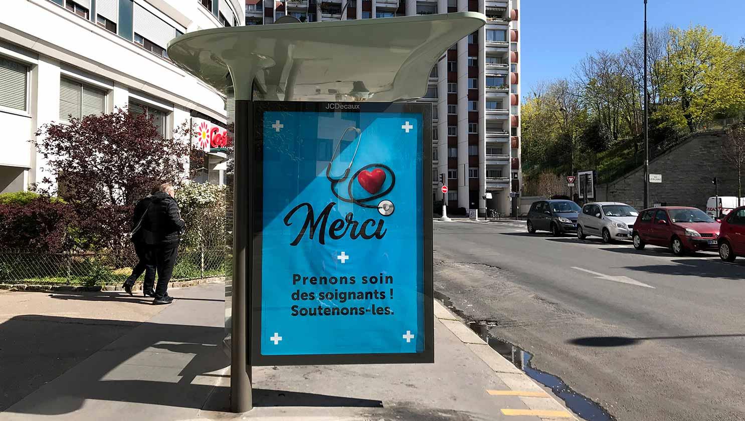 空いたOOH広告枠に掲示された医療従事者に向けた応援メッセージ
